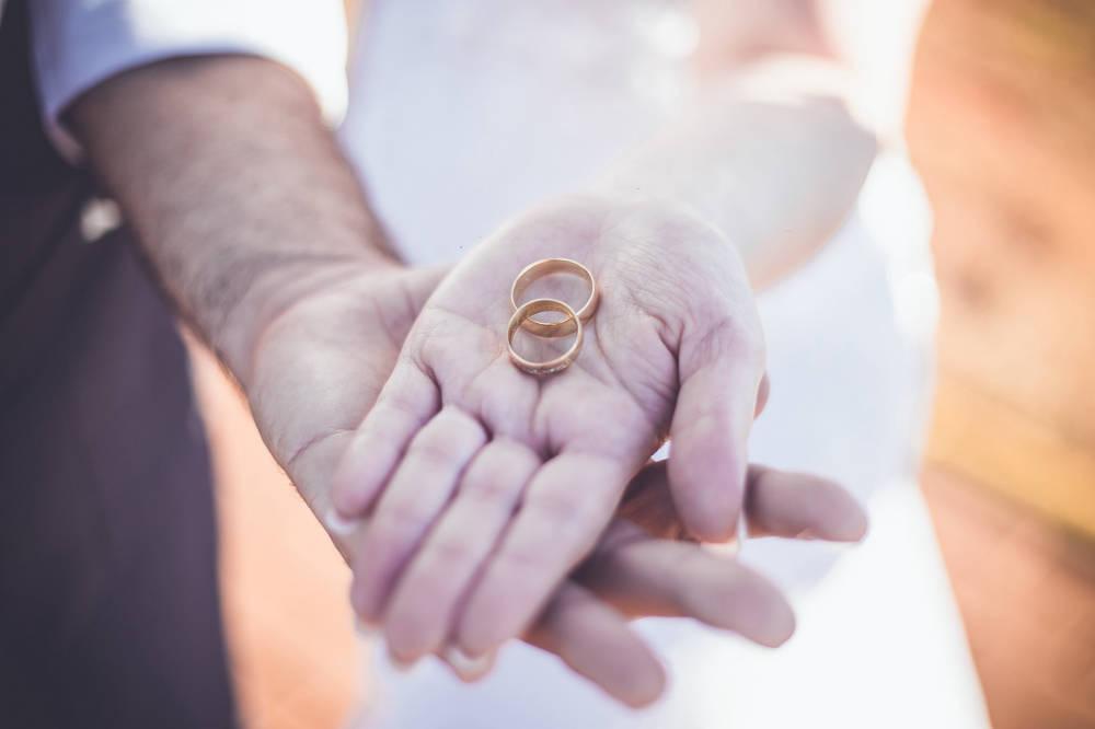 Hogyan hordd a jegygyűrűt az esküvő előtt és után?