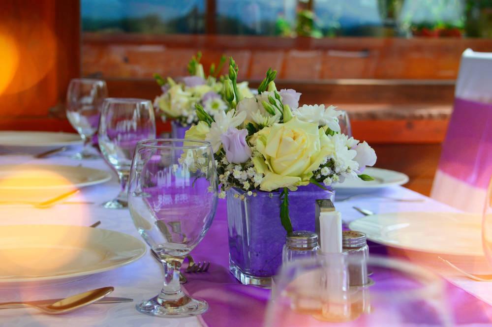 9ba7f1f5e6 Így dobjátok fel az esküvői asztalt.