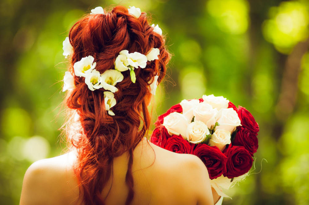 Csodaszép élővirágok az ara hajába: ez most nagyon menő