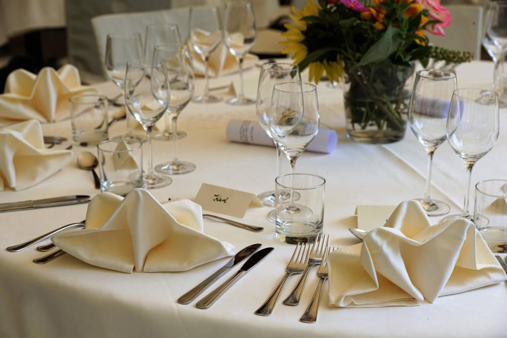 Így dobjátok fel az esküvői asztalt: kis ötletektől is szemkápráztató lesz